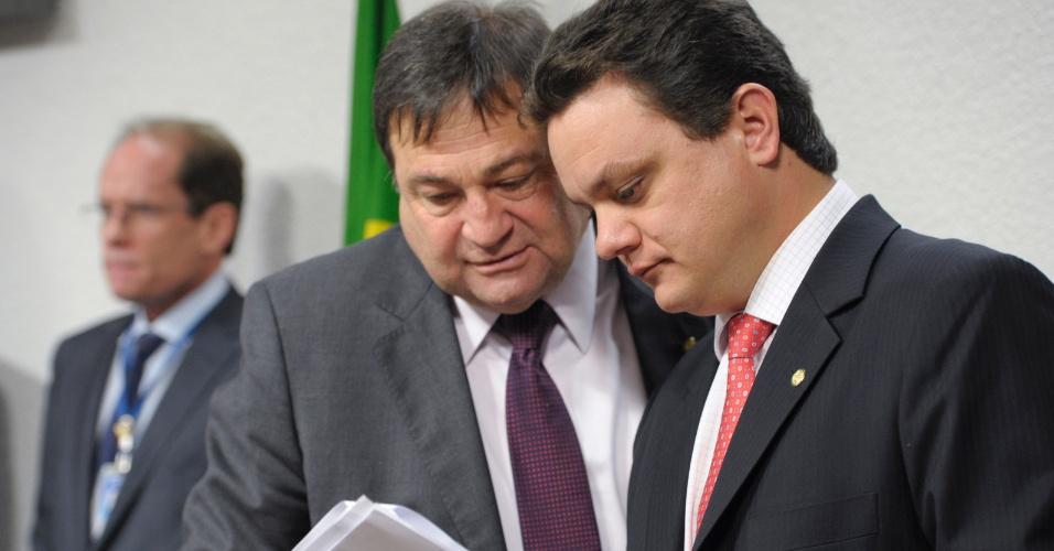 18.dez.2012 - O deputado federal do PT mineiro Odair Cunha (à dir.) participa de reunião da CPI do Cachoeira que analisa o relatório final da comissão. Por 18 votos a 16, a oposição rejeitou o texto de Cunha, relator da CPI
