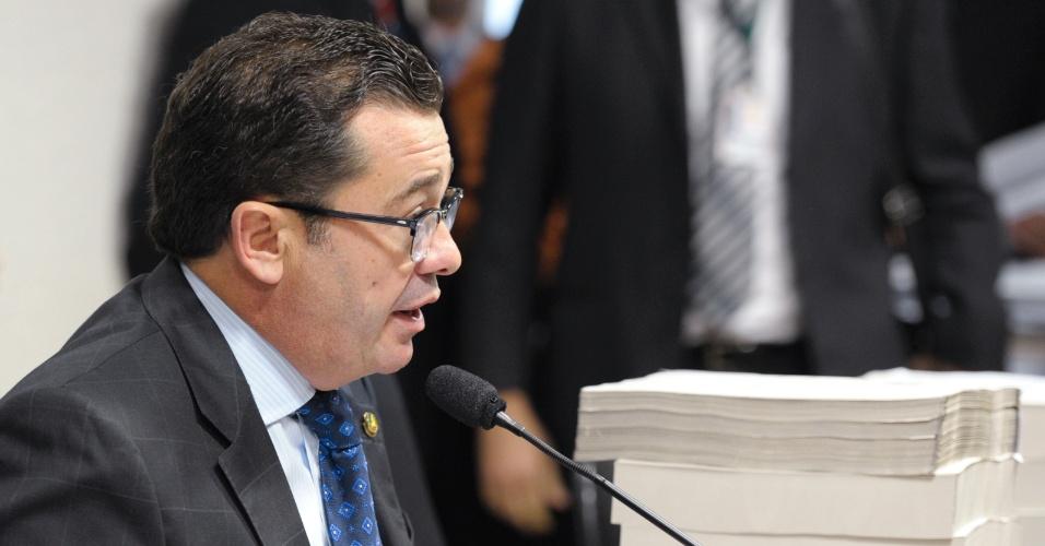 18.dez.2012 - O senador Vital do Rêgo (PMDB-PB), presidente da CPI do Cachoeira, conduz reunião que analisa o relatório final da comissão. Por 18 votos a 16, a oposição rejeitou o texto do relator, o deputado Odair Cunha (PT-MG)