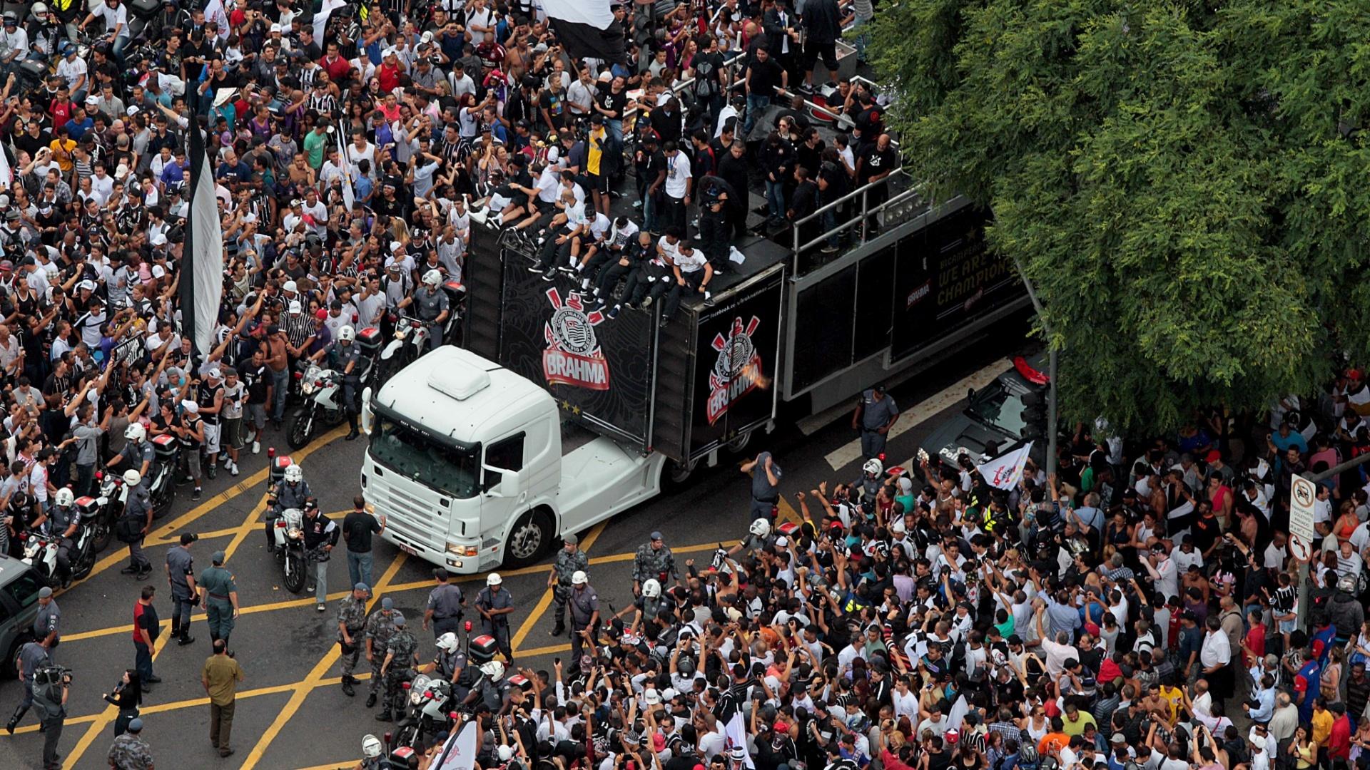 18.dez.2012 - O trio elétrico do Corinthians foi escoltado por batalhão da Rota em sua passagem pelas ruas de São Paulo