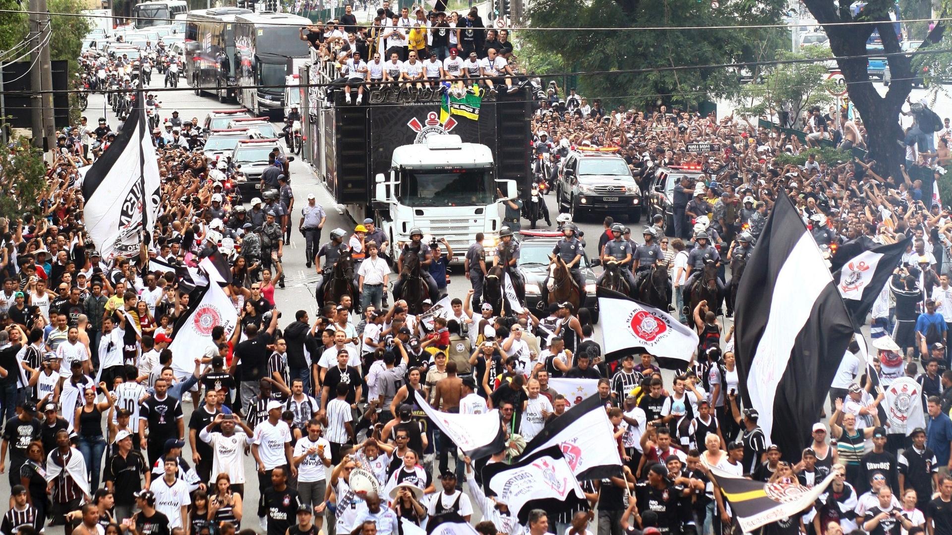 18.dez.2012 - Torcedores corintianos acompanharam passeata dos jogadores campeões mundiais pelas ruas de São Paulo