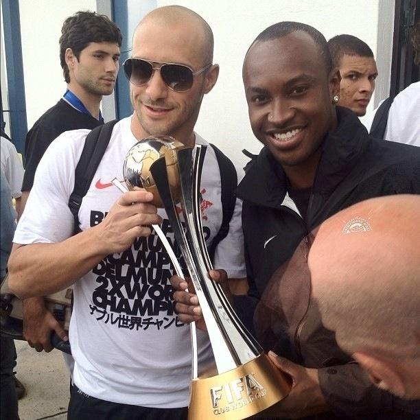 18.dez.2012- Capitão Alessandro e cantor Thiaguinho tiram foto segurando troféu do Mundial de Clubes da Fifa