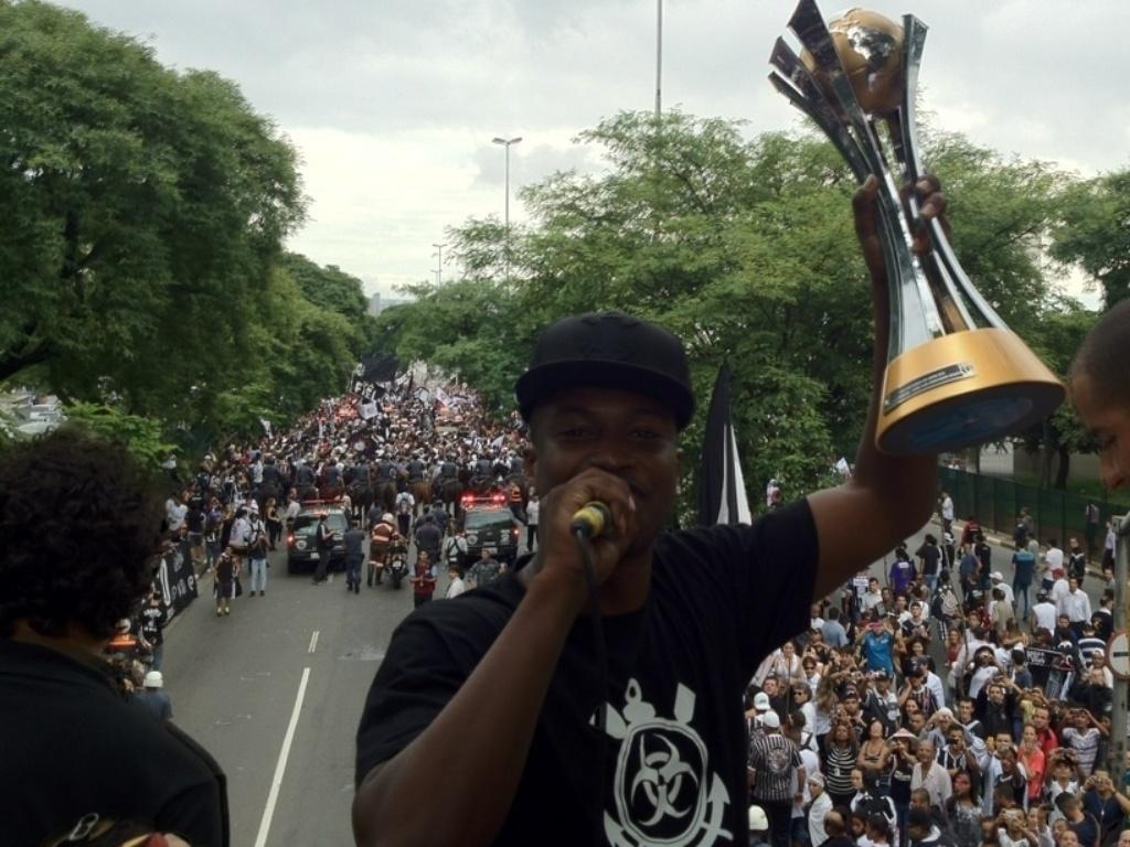 18.dez.2012- Comandando trio elétrico da festa corintiana, cantor Thiaguinho levanta o troféu de campeão mundial