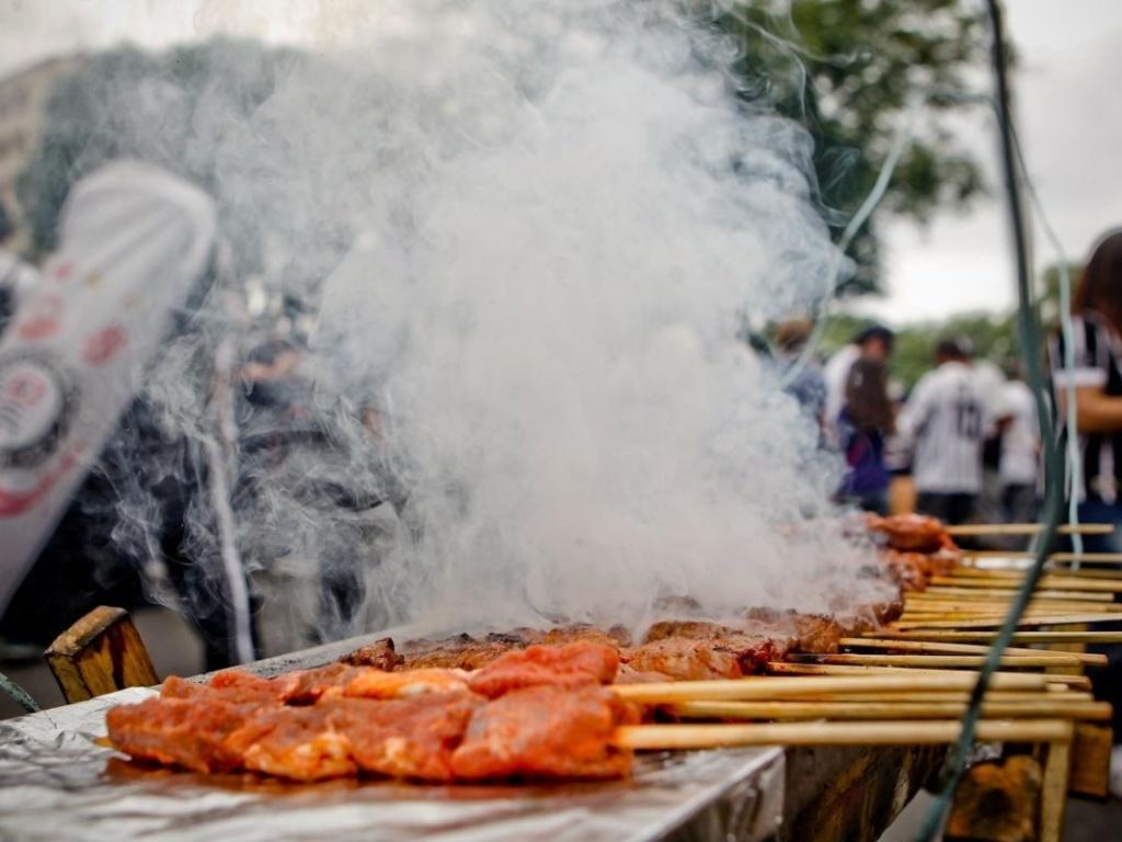 18.dez.2012- Corintianos fazem churrasquinho em passeata de comemoração do Bicampeonato Mundial do time