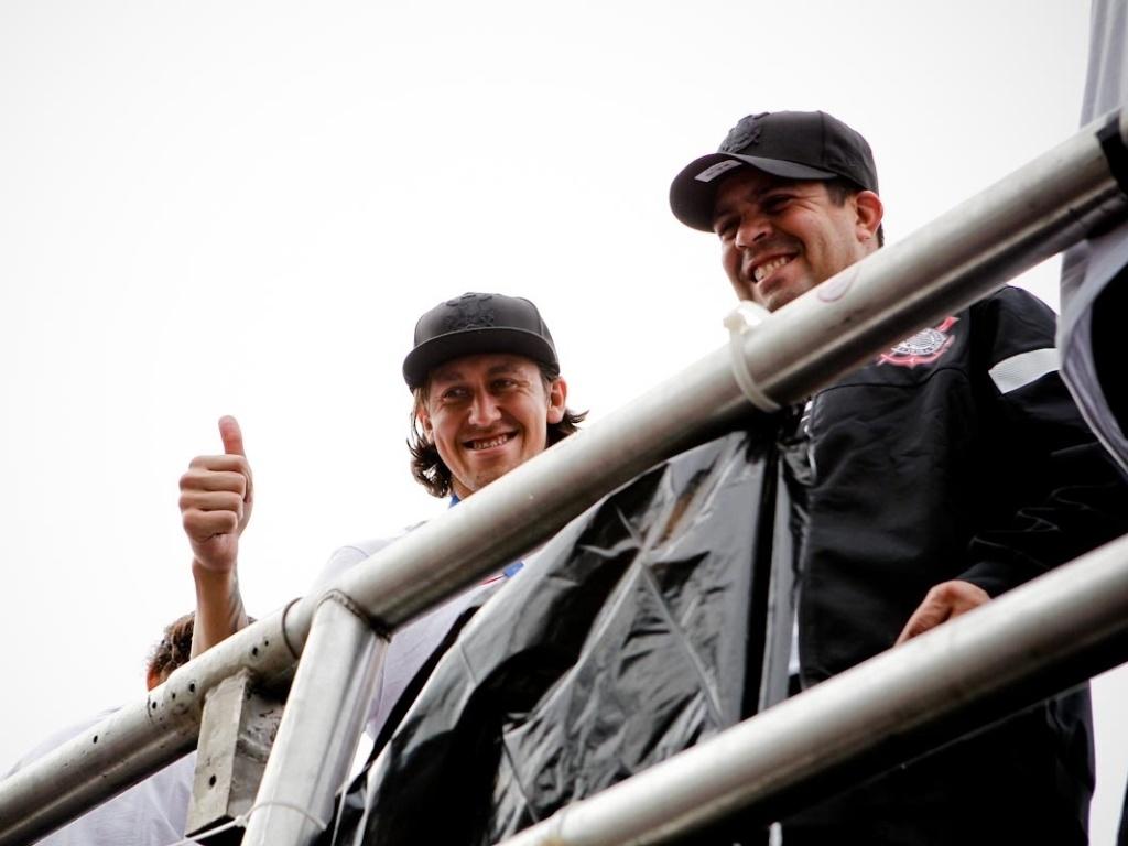 18.dez.2012- Destaque do Mundial, goleiro Cássio acena para torcedores na festa do título