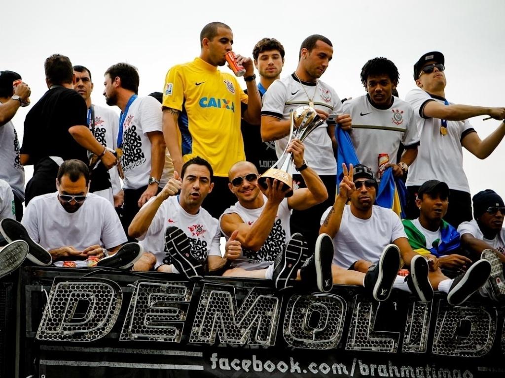 18.dez.2012- Em cima de trio elétrico, jogadores do Corinthians bebem e comemoram título de campeão mundial