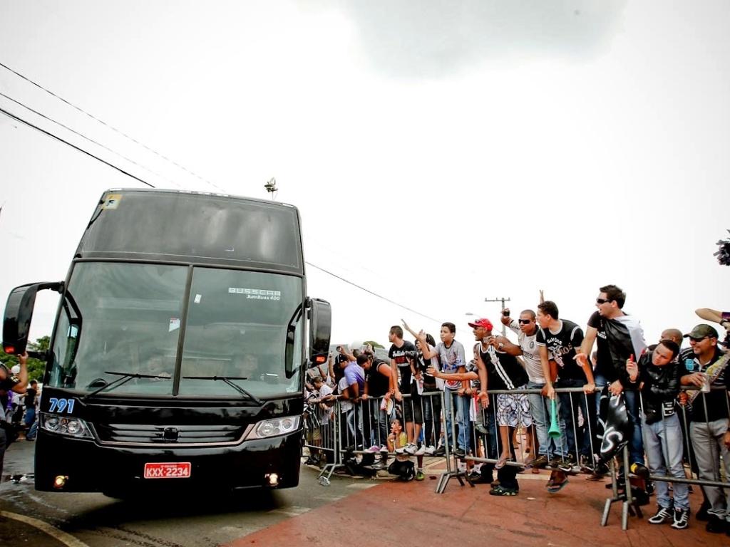 18.dez.2012- Jogadores do Corinthians chegam de ônibus ao CT para comemoração do título mundial com familiares e amigos