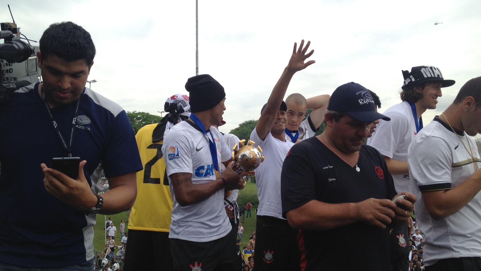 18.dez.2012- Jogadores do Corinthians comemoram título de campeão mundial em cima de trio elétrico