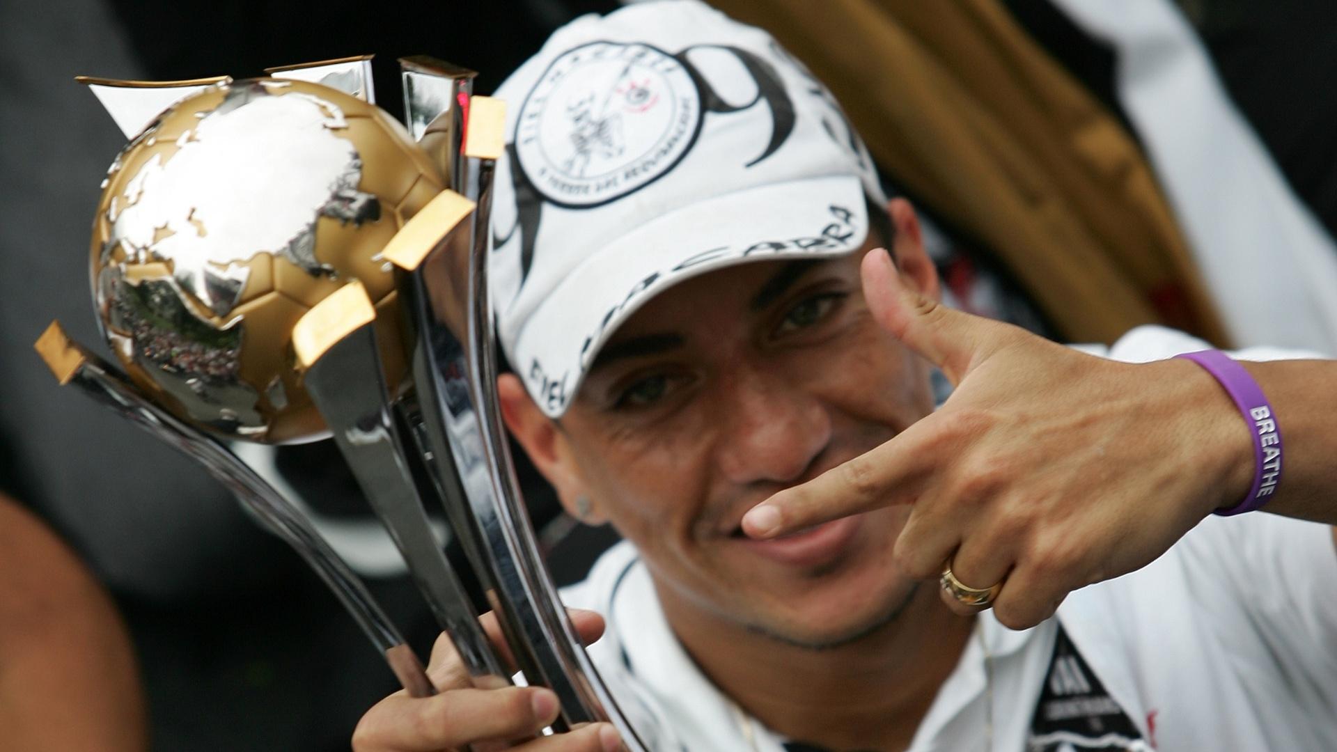 18.dez.2012- Ralf exibe troféu do título mundial em comemoração nas ruas de São Paulo