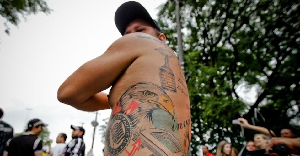 18.dez.2012- Torcedor exibe tatuagem de estádio e símbolo do Corinthians ao lado de um Gavião, uma homenagem ao time