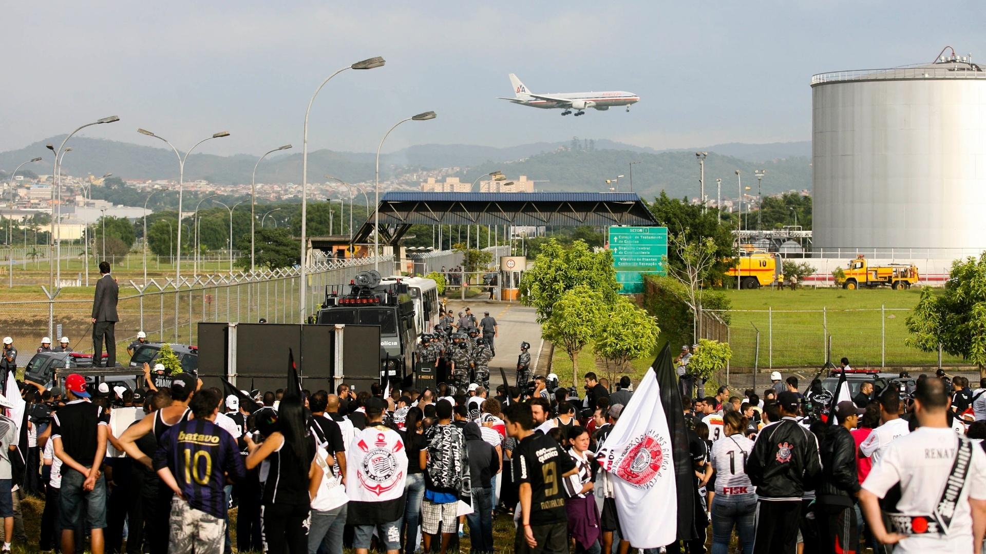 18.dez.2012- Torcedores do Corinthians aguardam para recepcionar time noa retorno a São Paulo no aeroporto de Guarulhos