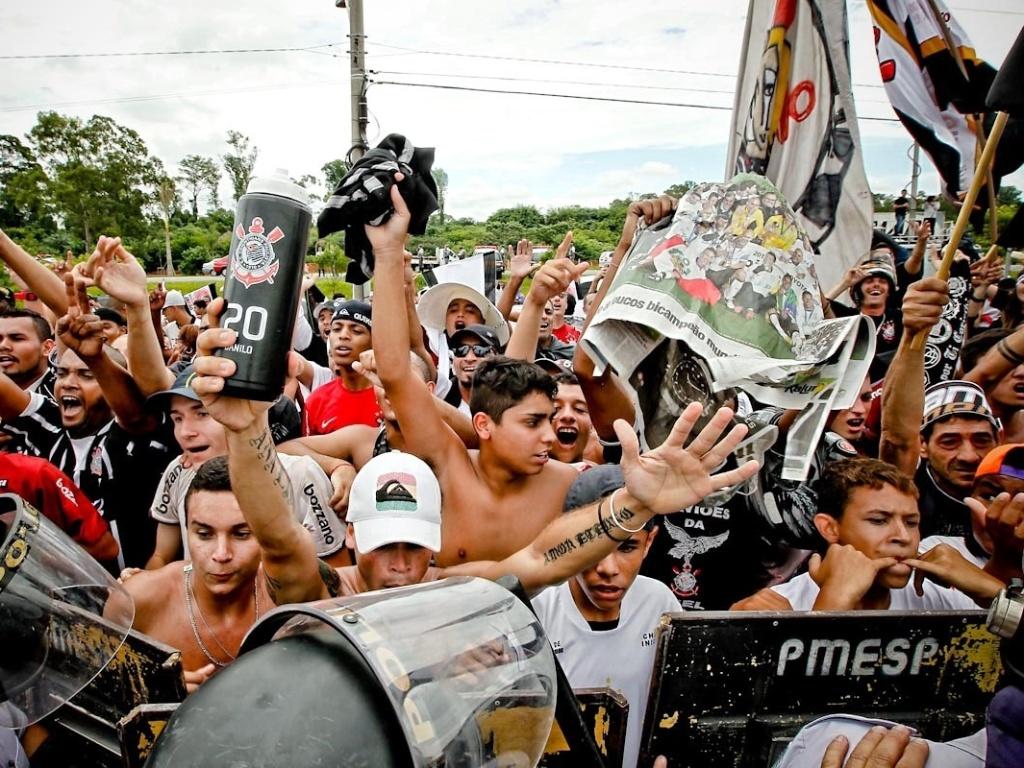 18.dez.2012- Torcedores do Corinthians fazem festa na porta do CT Joaquim Grava, no Parque Ecológico do Tietê