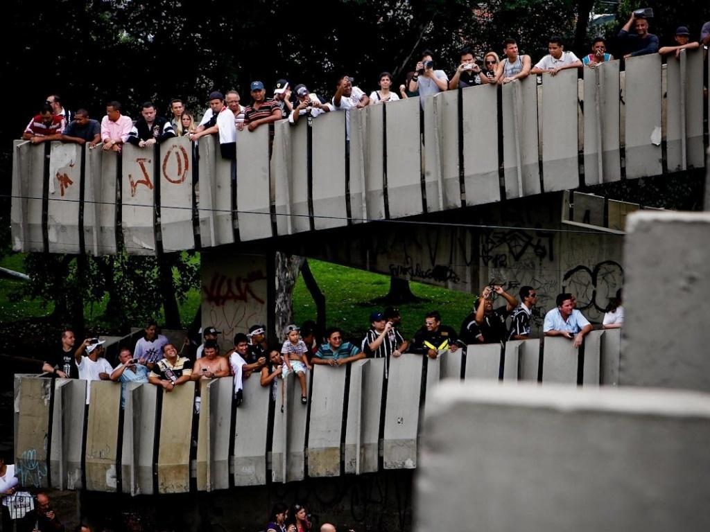 18.dez.2012- Torcedores se apertam em passarela para tirar foto do trio elétrico dos jogadores do Corinthians em comemoração do título mundial