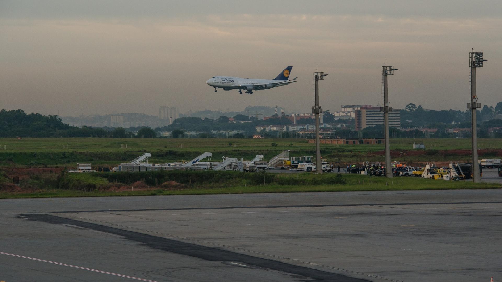 18.dez.2012-Avião com jogadores do Corinthians pousa no aeroporto de Guarulhos, em São Paulo