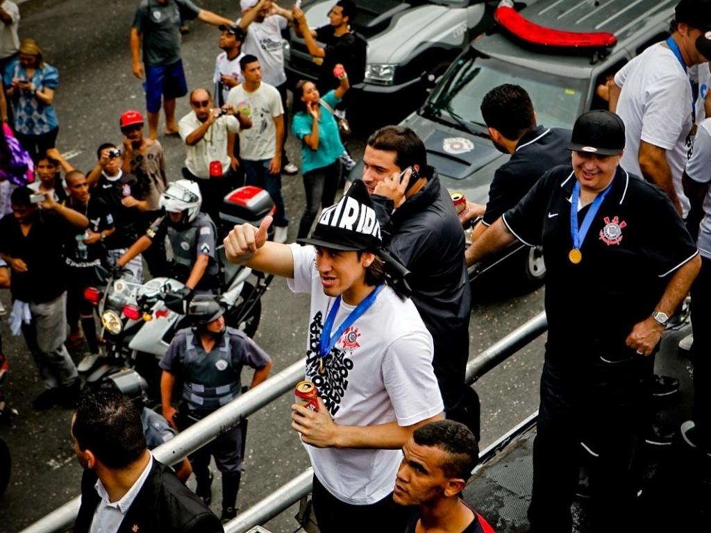 18.dez.2012-Goleiro Cássio acena para torcedores durante festa de comemoração do Bicampeonato Mundial do Corinthians