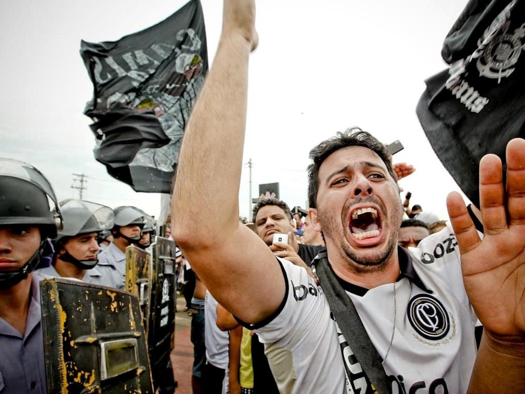 18.dez.2012-No CT Joaquim Grava, torcedor corintiano vibra com festa do título mundial do Corinthians