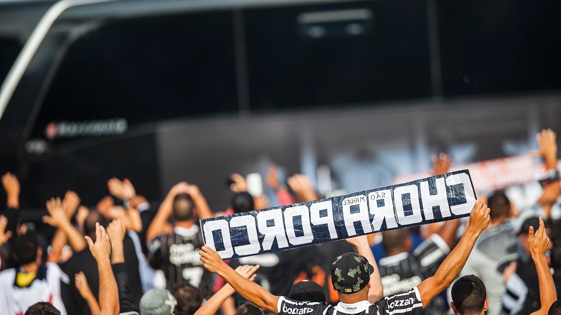 18.dez.2012-Torcedor do Corinthians provoca rival Palmeiras em recepção do ônibus do time alvinegro no aeroporto de Guarulhos, em São Paulo