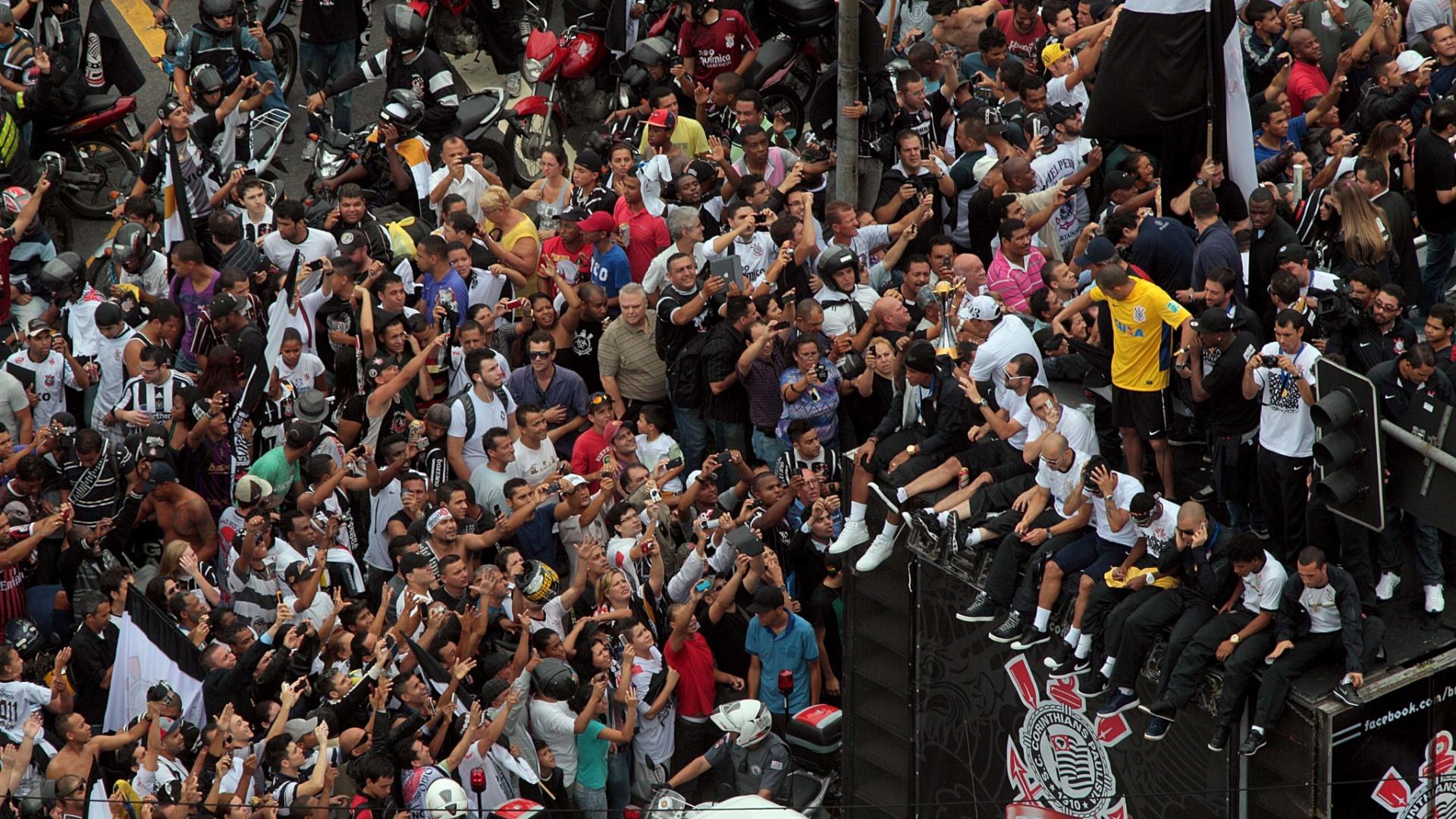 18.dez.2012-Torcedores do Corinthians lotaram ruas de São Paulo para acompanhar trio elétrico com os jogadores campeões mundiais
