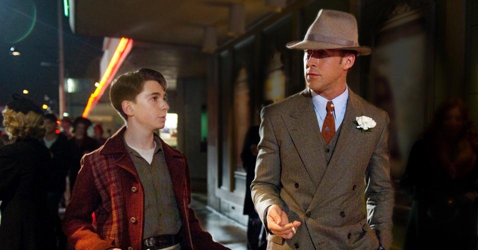 """2012 - Ryan Gosling (de terno) em cena do filme """"Caça aos Gangsteres"""", de Ruben Fleischer"""