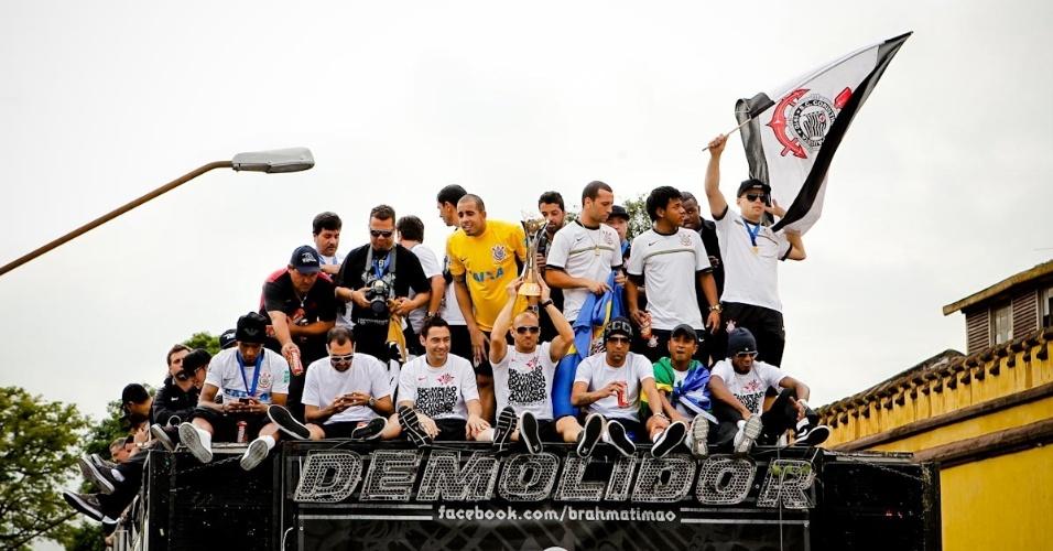 Com Alessandro na frente do trio com a taça, jogadores do Corinthians - entre eles Emerson e Danilo - tentam animar a torcida