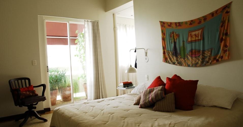 Em um dos quartos do apartamento do arquiteto Gustavo Calazans, destaque para a seda pintada por Andrea Kraemer, acima da cama. Calazans assina o projeto de reforma e decoração de sua residência no bairro de Higienópolis em São Paulo (SP)