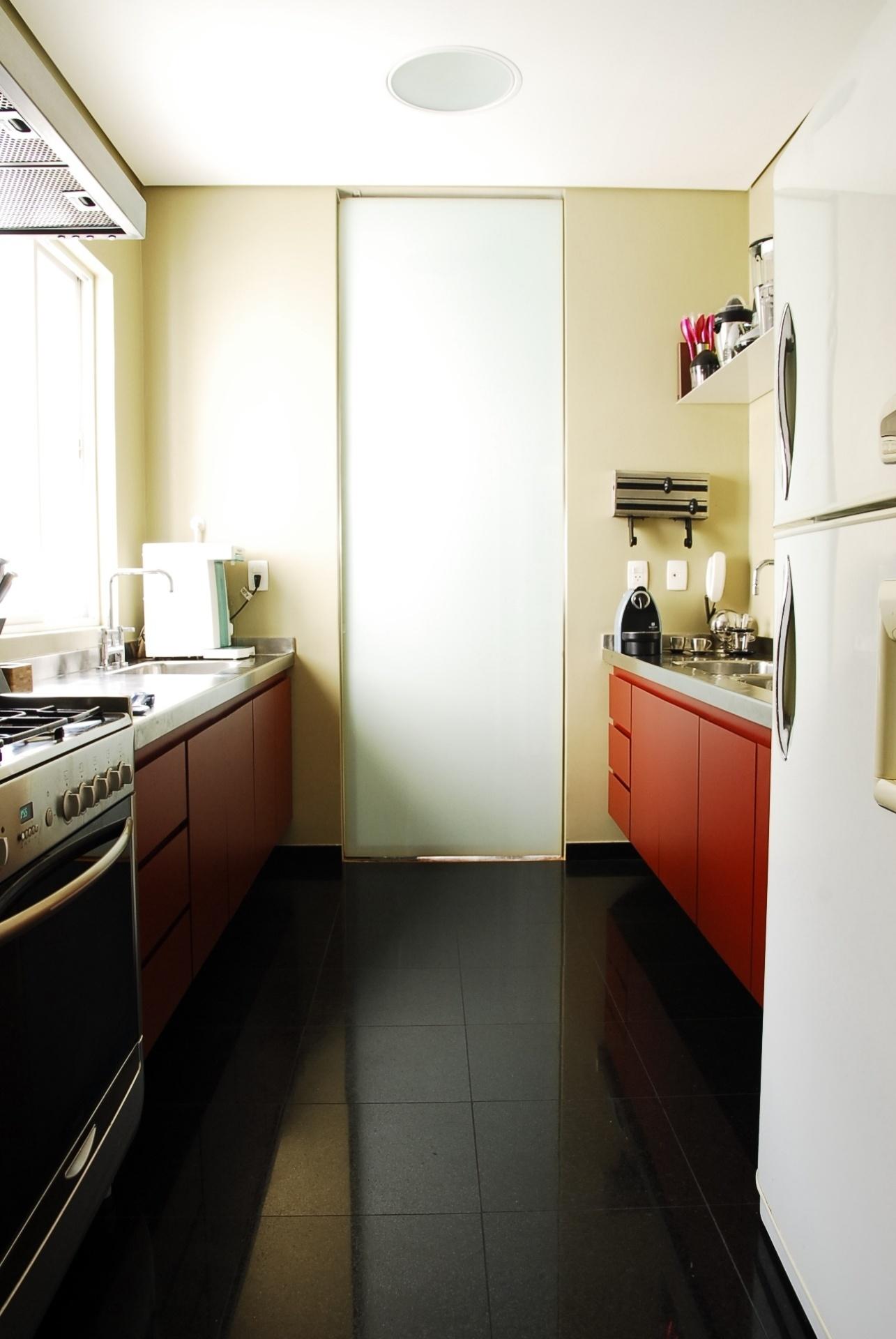 Na cozinha do apartamento do arquiteto Gustavo Calazans, os armários originais do imóvel, que já eram pintados, foram repintados. À frente, a geladeira que herdou da família. Calazans assina o projeto de reforma e decoração de sua residência no bairro de Higienópolis em São Paulo (SP)