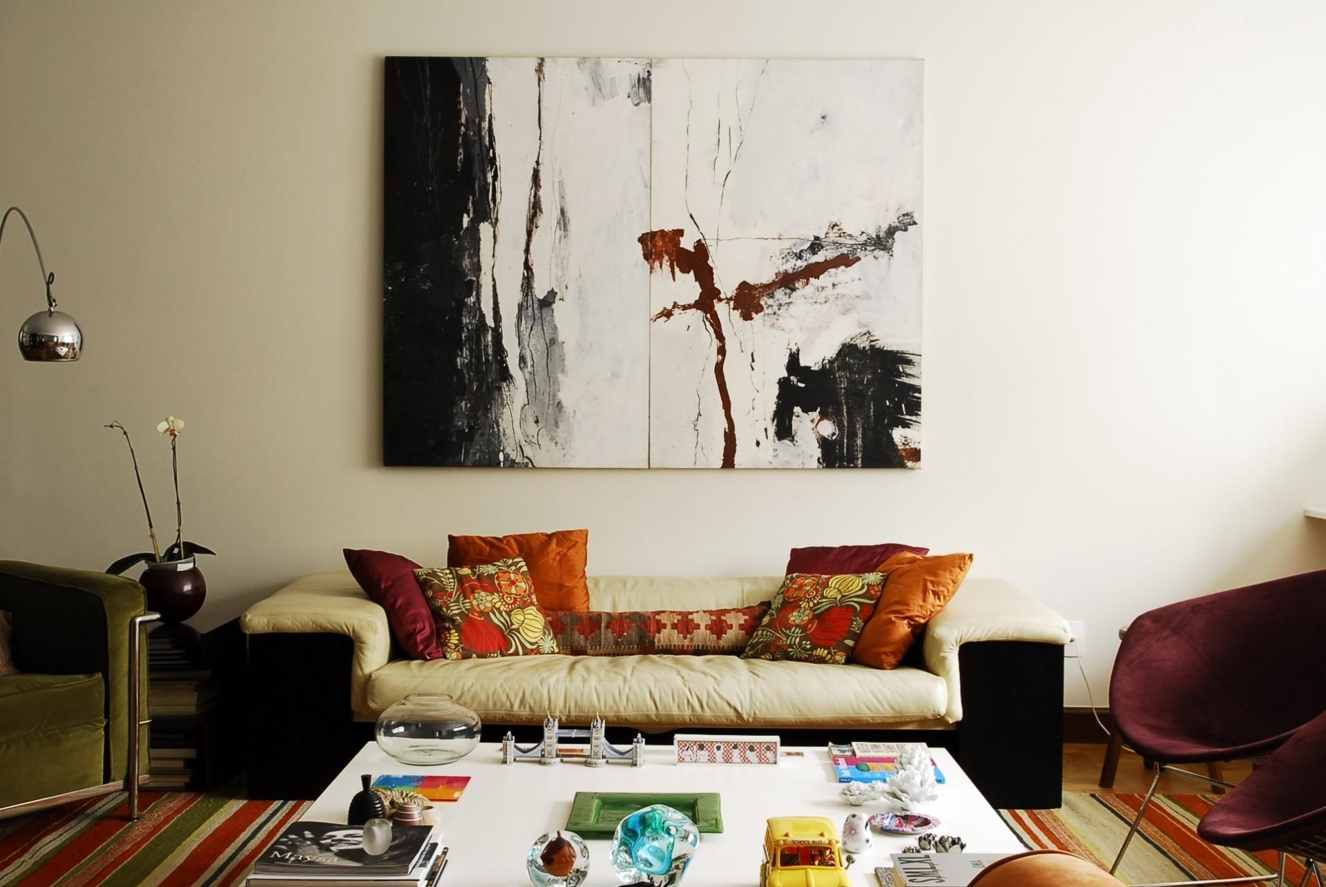 Na sala de estar do apartamento de Gustavo Calazans, apesar do uso de tonalidades distintas, há uma conversa cromática entre os elementos decorativos. Ao centro, a tela de Juliana Fiorini. O arquiteto assina o projeto de reforma e decoração de sua residência no bairro de Higienópolis em São Paulo (SP)