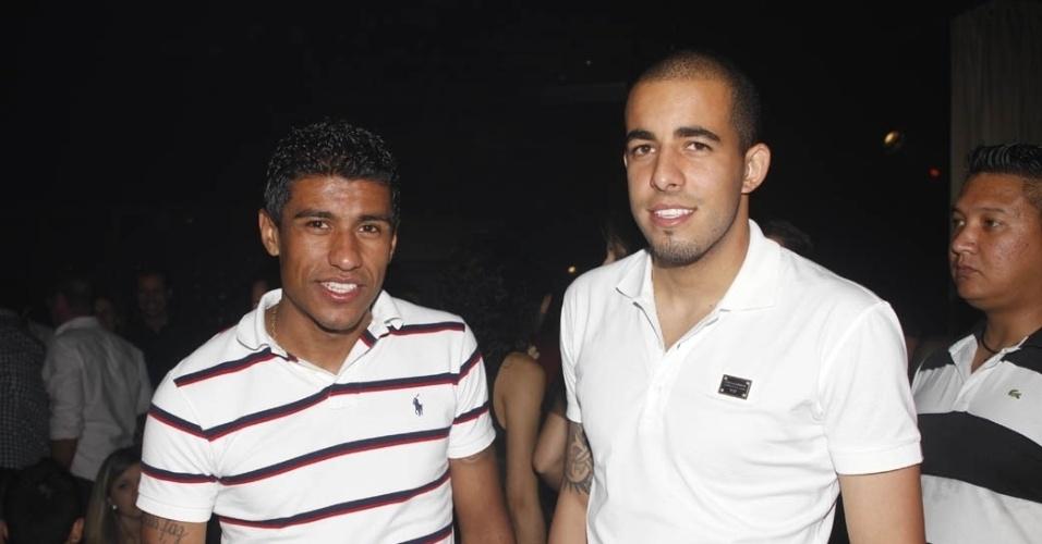 18.dez.2012 - Paulinho e Danilo, jogadores do Corinthians, comemoram título mundial junto com famosos em show do Thiaguinho em São Paulo