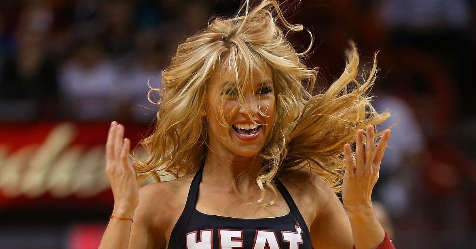18.dez.2012 - Cheerleader do Miami Heat dança durante o intervalo da partida contra o Minnesota Timberwolves