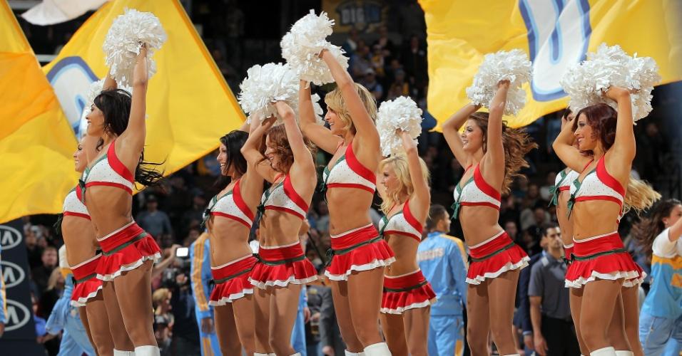 18.dez.2012 - Cheerleaders do Denver Nuggets fazem apresentação durante a vitória sobre o San Antonio Spurs