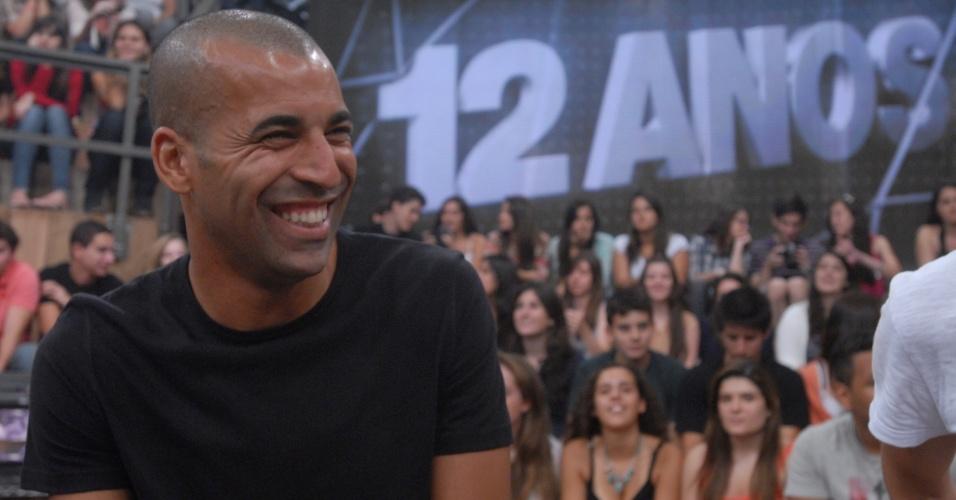 18.dez.2012 - Emerson Sheik sorri durante gravação do programa Altas Horas, da TV Globo