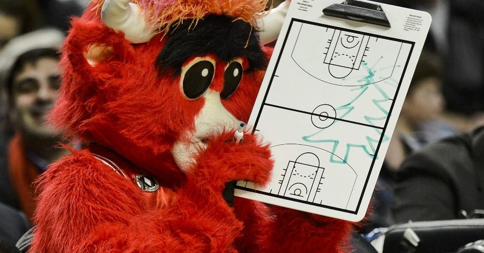 18.dez.2012 - Mascote do Chicago Bulls prepara 'tática natalina' em prancheta durante a vitória sobre o Boston Celtics