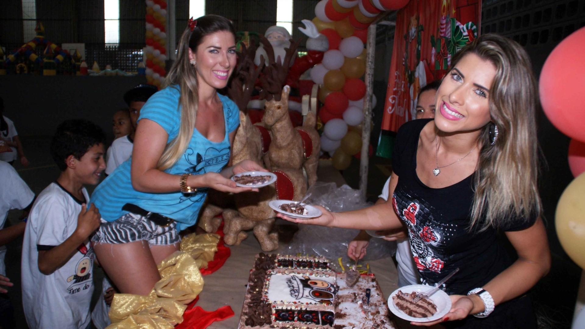 19.dez.2012 - A irmãs Tati (de azul) e Ana Paula Minerato participaram de uma festa beneficente organizada pelo Corinthians em São Paulo