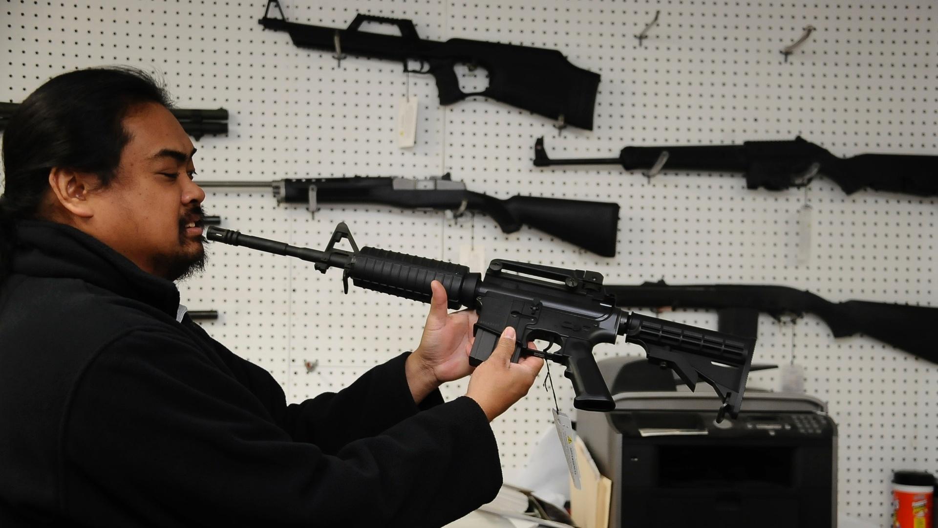 Loja de Armas (Policias) 19dez2012---aristotle-rogel-proprietario-de-uma-loja-de-armamentos-em-burbank-na-california-mostra-um-rifle-semiautomatico-umarex-colt-m4-e-diz-que-armas-como-esta-estao-mais-populares-desde-o-dia-do-1355964403025_1920x1080