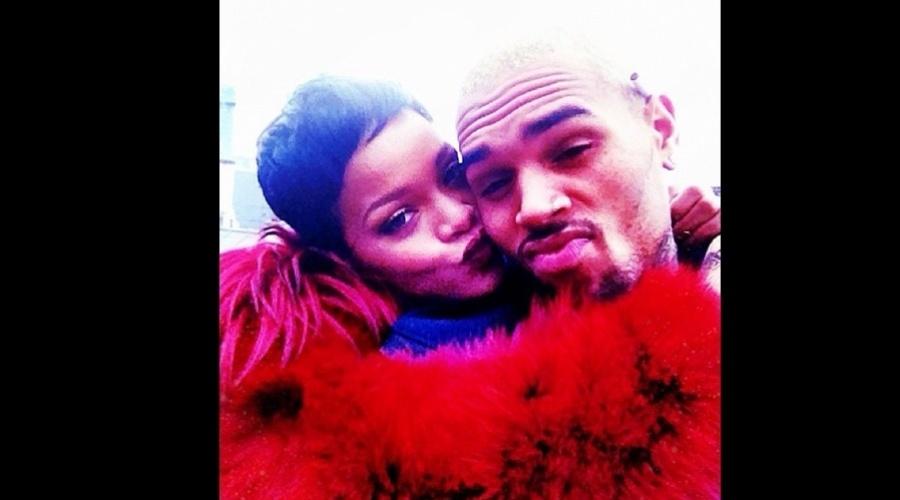 19.dez.2012 - Chris Brown divulgou uma imagem onde aparece recebendo um beijo de Rihanna. Após ser agredida pelo ex-namorado, eles reataram a amizade