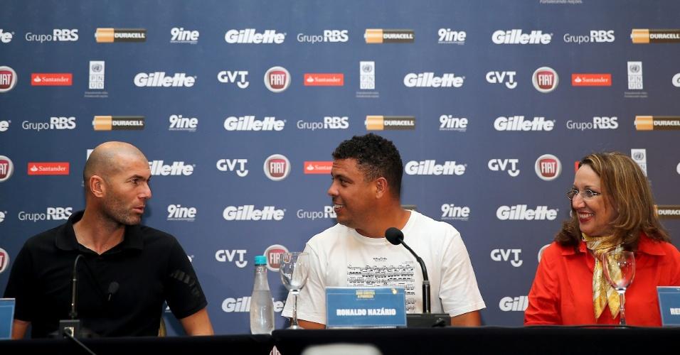 19.dez.2012 - Zidane e Ronaldo conversam com a imprensa às vésperas da partida amistosa e beneficente Jogo Contra a Pobreza, em Porto Alegre, na Arena Grêmio