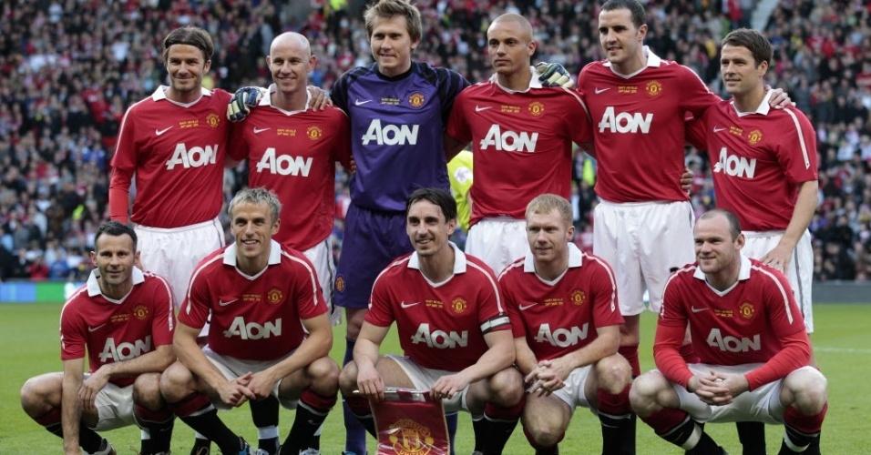 19.dez.2012 - Jogadores do Manchester United da década de 90 voltam a vestir a camisa do time e posam para foto antes do amistoso contra a Juventus, no Old Trafford