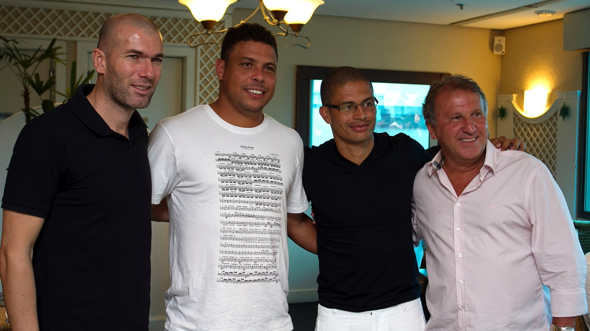 19.dez.2012 - Na ordem, Zidane, Ronaldo, Alex e Zico posam para foto em evento de divulgao do Jogo Contra a Pobreza, que ser realizado em Porto Alegre, na Arena Grmio