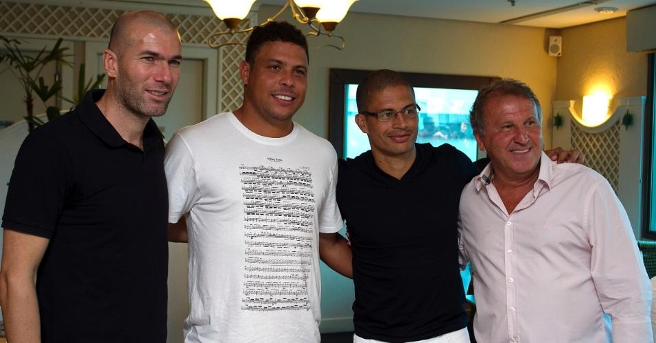19.dez.2012 - Na ordem, Zidane, Ronaldo, Alex e Zico posam para foto em evento de divulgação do Jogo Contra a Pobreza, que será realizado em Porto Alegre, na Arena Grêmio