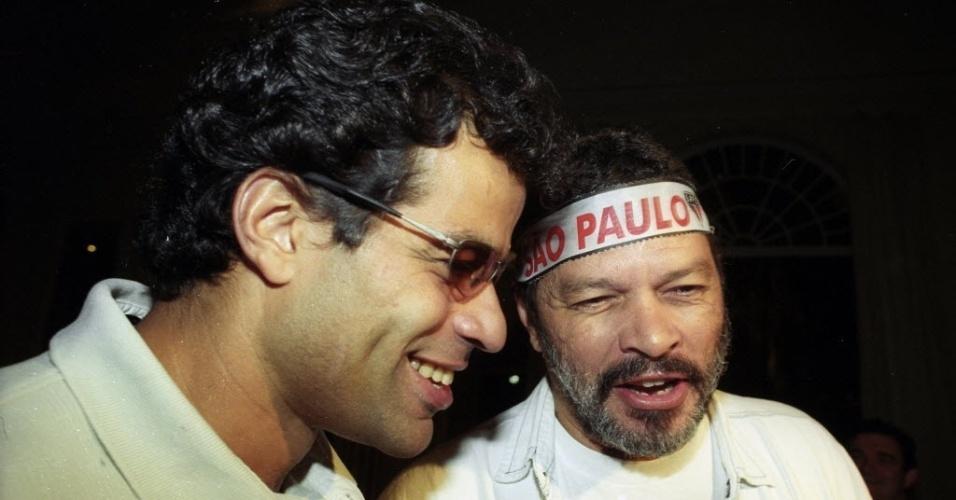 19.dez.2012 - O meia sao-paulino Rai (esq.) comemora em bar com seu irmão Socrates o titulo do Campeonato Paulista-2000, em Sao Paulo