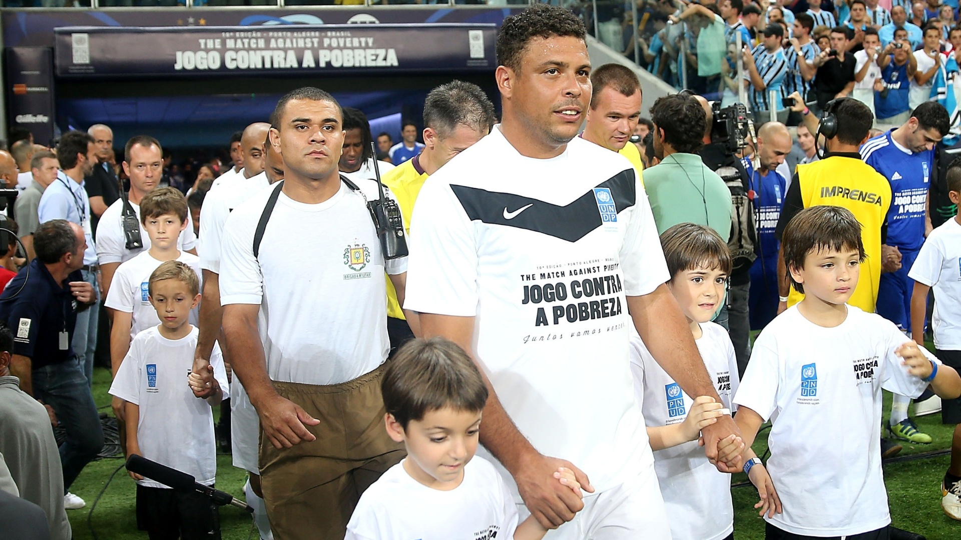 19.dez.2012 - Ronaldo entra em campo para o Jogo contra a Pobreza, na Arena do Grmio