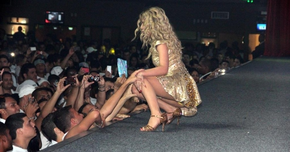 19.dez.2012 - Wanessa Camargo agita os fãs em festa no Rio de Janeiro