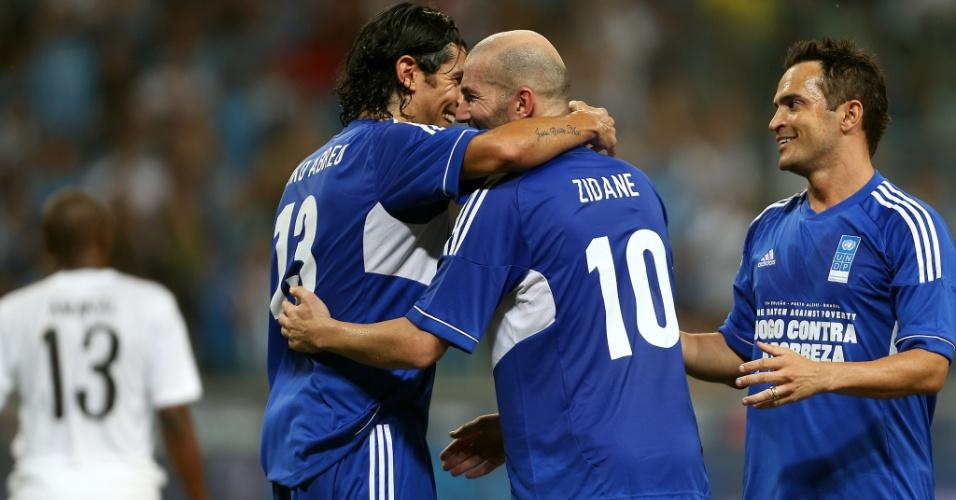 19.dez.2012 - Zidane comemora com Loco Abreu e Falcão após marcar no Jogo Contra a Pobreza