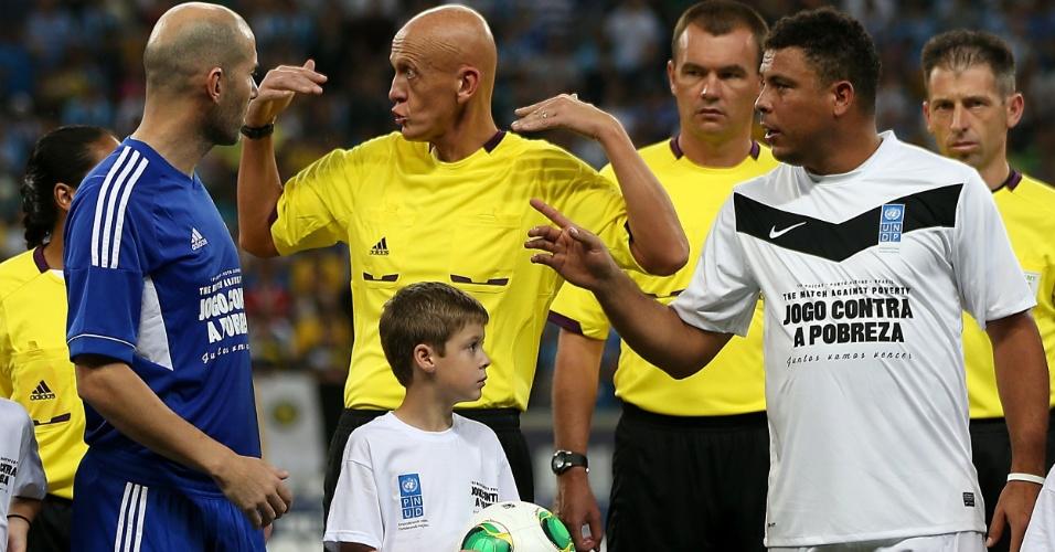 19.dez.2012 - Zidane e Ronaldo conversam com Pierluigi Colina antes do início do Jogo Contra a Pobreza