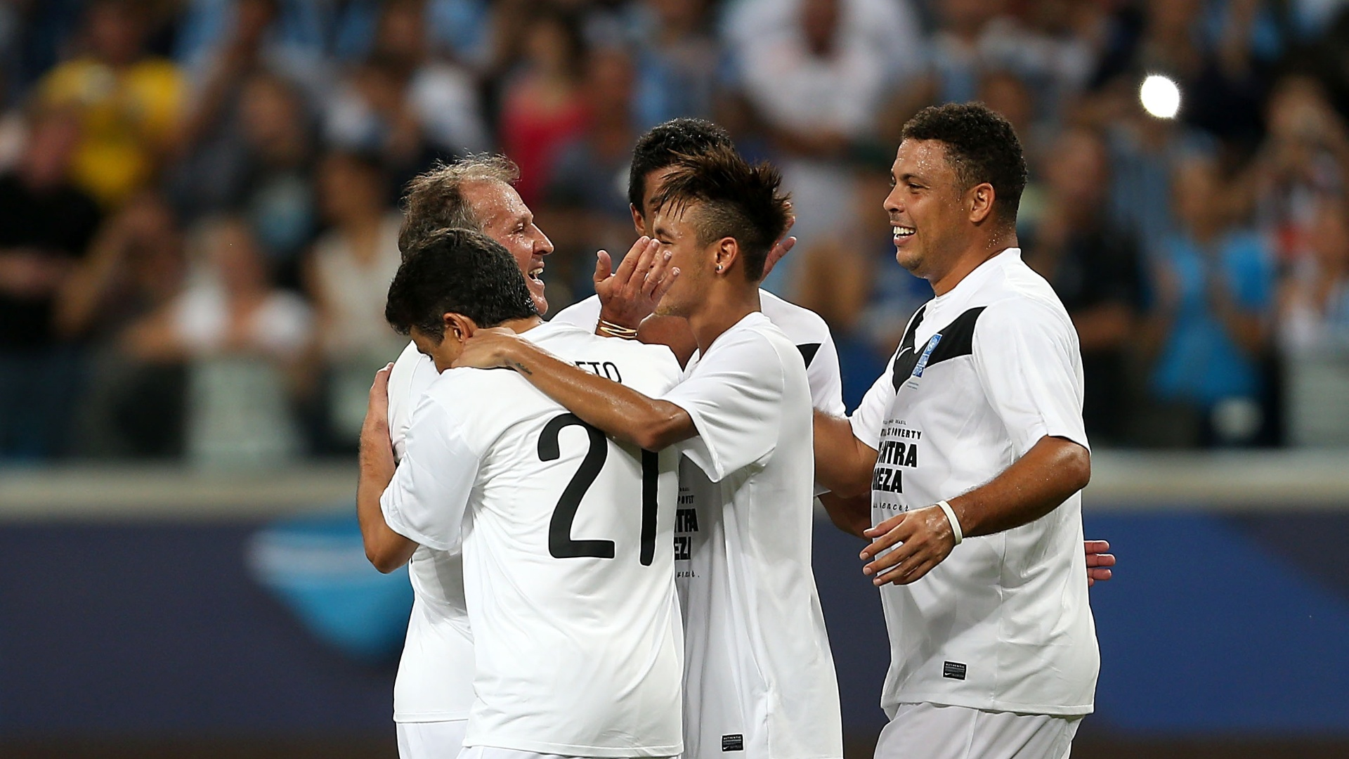 Bebeto, Neymar comemoram gol com Zico e Ronaldo Nazrio Jogo Contra a Pobreza, em Porto Alegre, na Arena Grmio (19/12/2012)