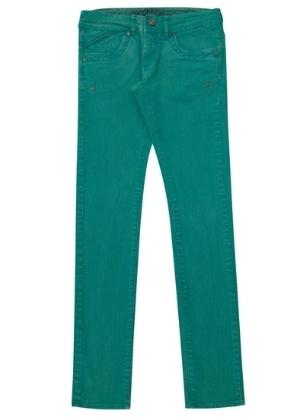 Calça jeans colorida, R$ 99, da Memove (www.memove.com.br). Preços consultados em dezembro de 2012 e sujeitos a alterações.
