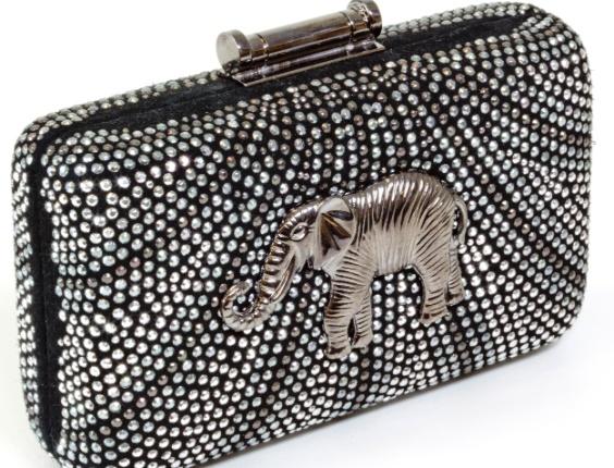 Clutch com aplicações de strass e elefante. R$ 988, da 11Suit (www.11suit.com.br). Preços consultados em dezembro de 2012 e sujeitos a alterações