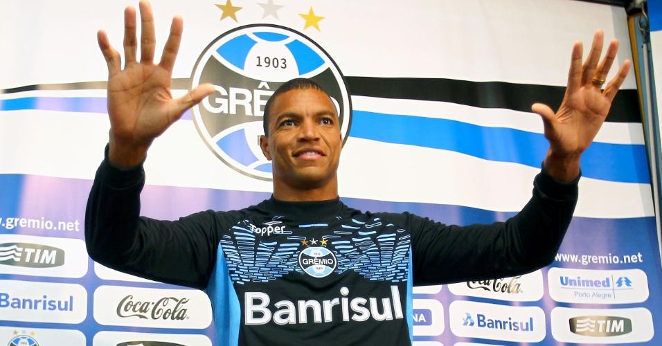 Dida posa para foto depois de ser apresentado como novo goleiro Grêmio, nesta quarta-feira