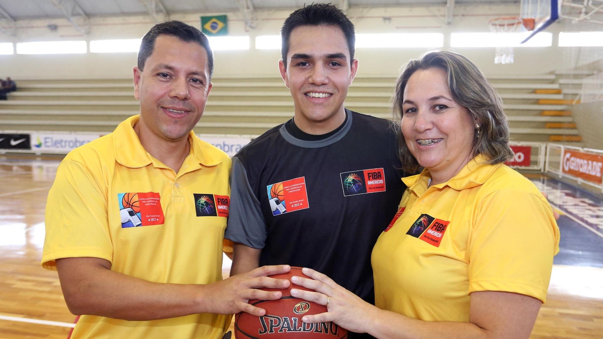 Fernando Serpa (à esquerda) e Bruno da Costa de Oliveira (ao centro) fazem parte da família de árbitros do basquete nacional
