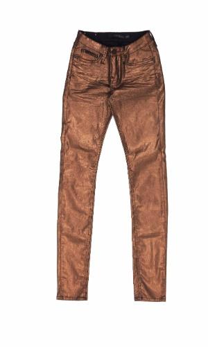 Jeans feminino metalizado. R$ 389, da Calvin Klein Jeans (www.calvinklein.com). Preços consultados em dezembro de 2012 e sujeitos a alterações