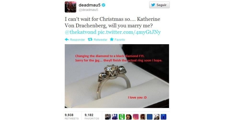19.dez.2012 - O DJ Deadmau5 utilizou o Twitter, no último sábado (15), para pedir a tatuadora Kat Von D em casamento. O pedido, que foi aceito, causou uma leve repercussão na web, com mais de 9 mil retuítes. O texto da mensagem diz